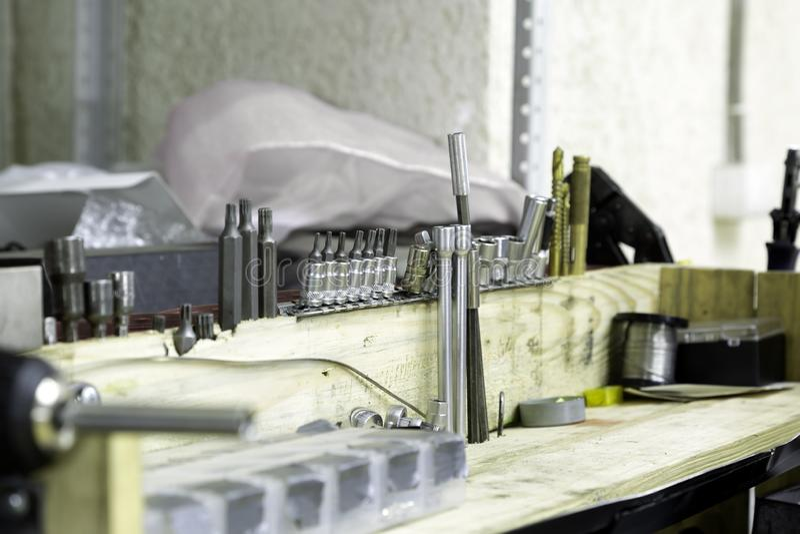 set narzędzia na stojaku w stacja obsługi zdjęcie stock