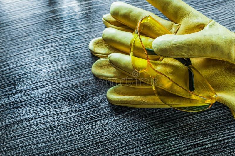 Set ochronnych rękawiczek szkła na drewnianej desce zdjęcie stock