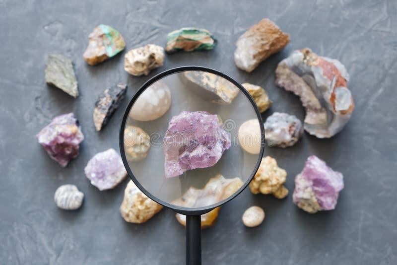 Set od kopalnych kamieni, Odgórny widok Fluoryt i powiększać - szkło w ostrości obraz stock