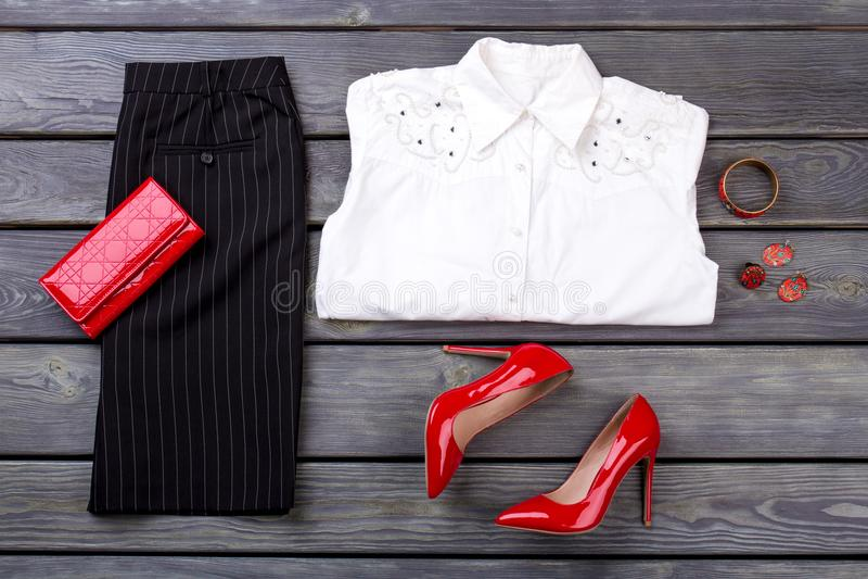 Set odzieżowy biznes i akcesoria dla kobiety na ciemnym tle zdjęcie royalty free