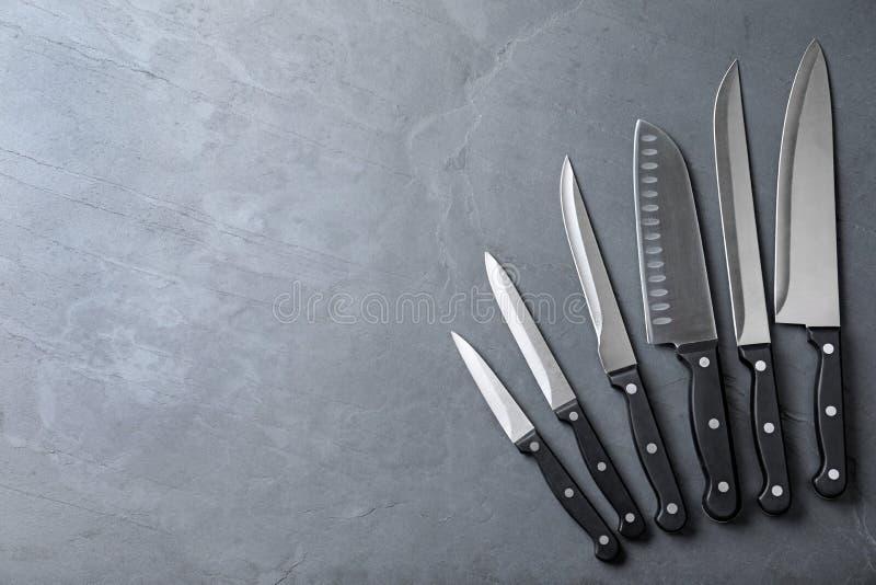 Set ostrzy kuchenni noże na kamień powierzchni, przestrzeń dla teksta obraz royalty free