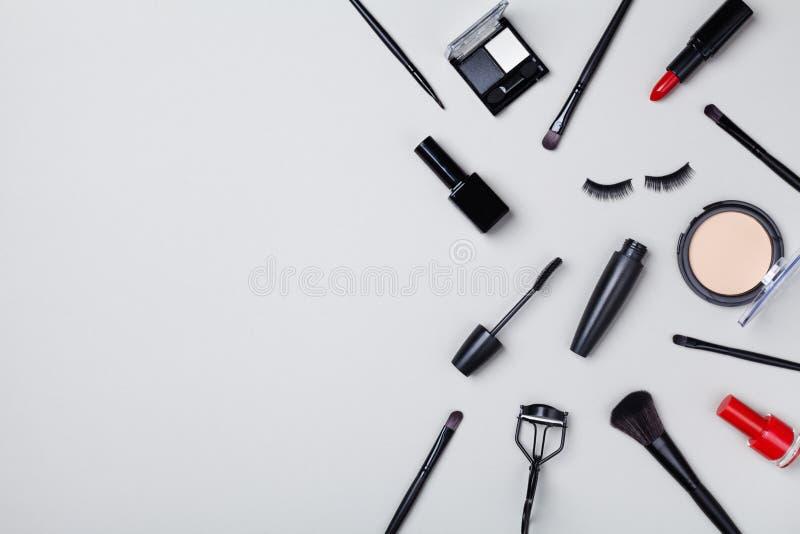 Set piękno produkty i makeup narzędzie dekorujący gwiazdowi confetti na szarym stołowym odgórnym widoku Mieszkanie nieatutowy sk? fotografia royalty free