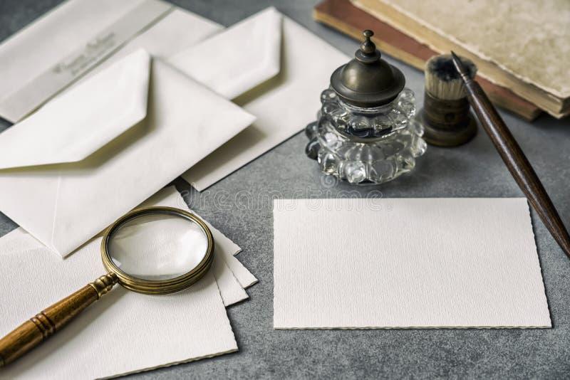 Set pisze materiały rzeczach rocznik, drewniany pióro, inkwell magnifier i koperty, pisze list zbliżenie fotografia stock