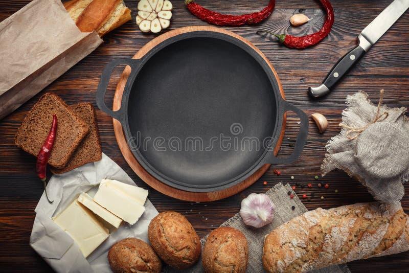 Set produkty na brown desce obraz stock