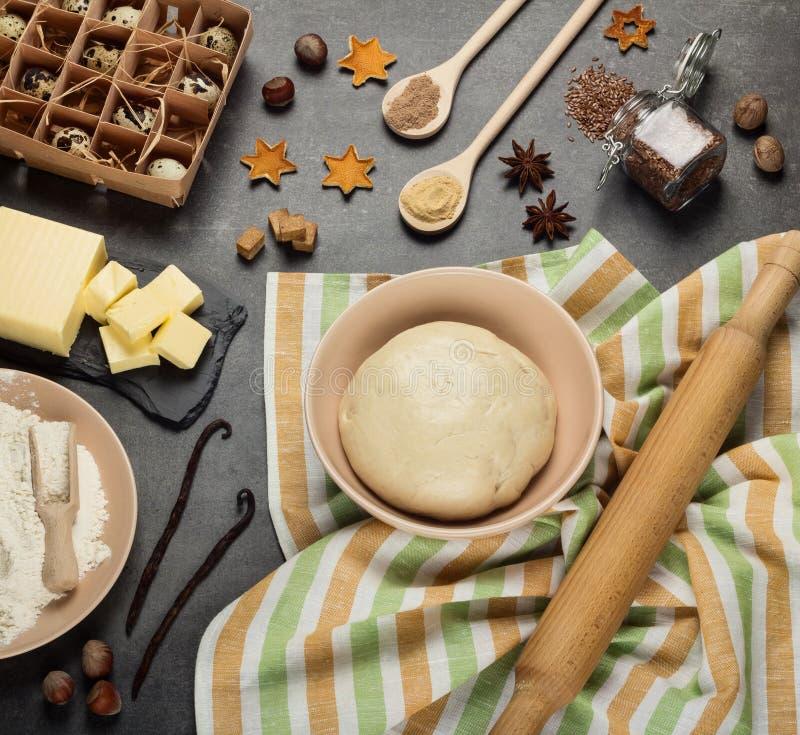 Set produkty, pikantność i narzędzia, skończony ciasto w pucharze na kuchennym ręczniku fotografia royalty free