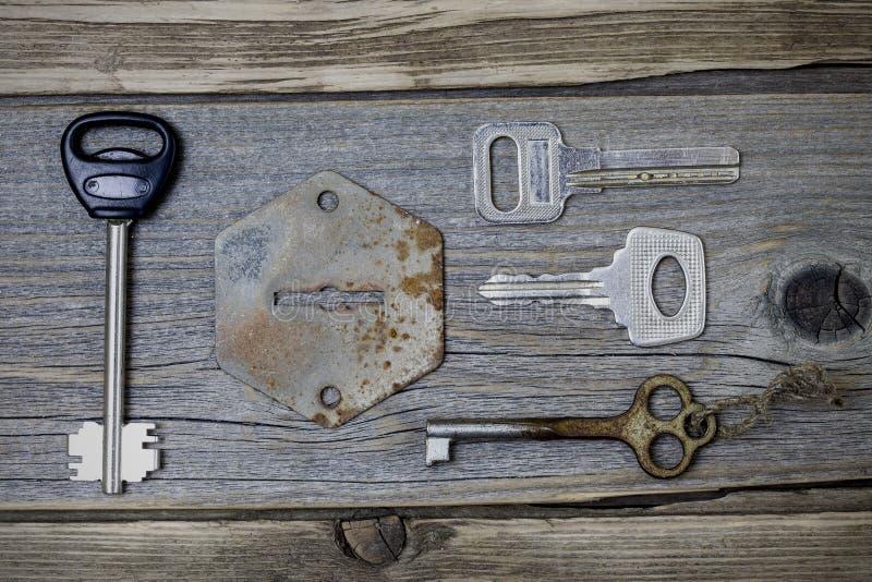 Set przegrani klucze i stary keyhole zdjęcia stock