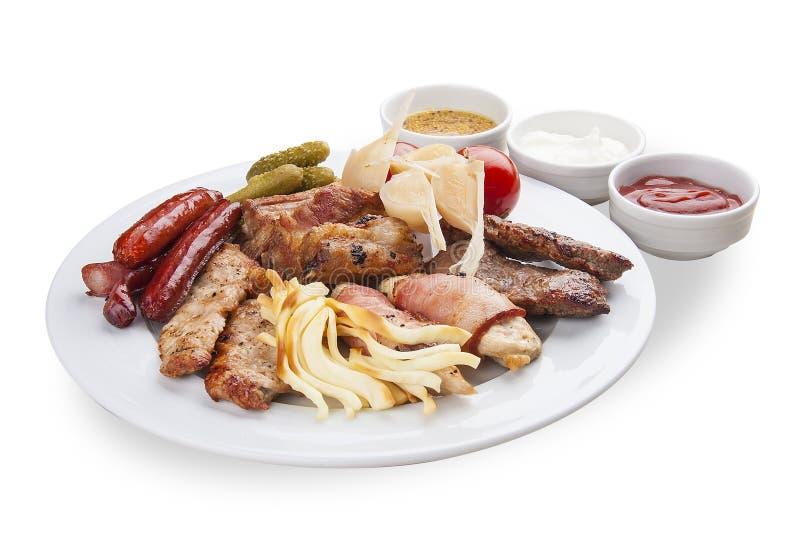Set przekąski dla piwa Kiełbasy, suluguni, bekon, kiszeni ogórki i smażący mięso, obraz royalty free