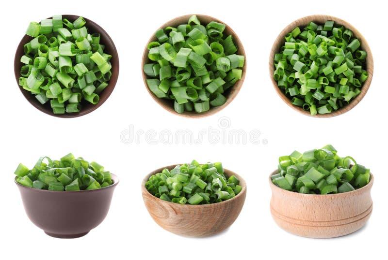 Set puchary z świeżymi zielonymi cebulami na bielu obraz stock