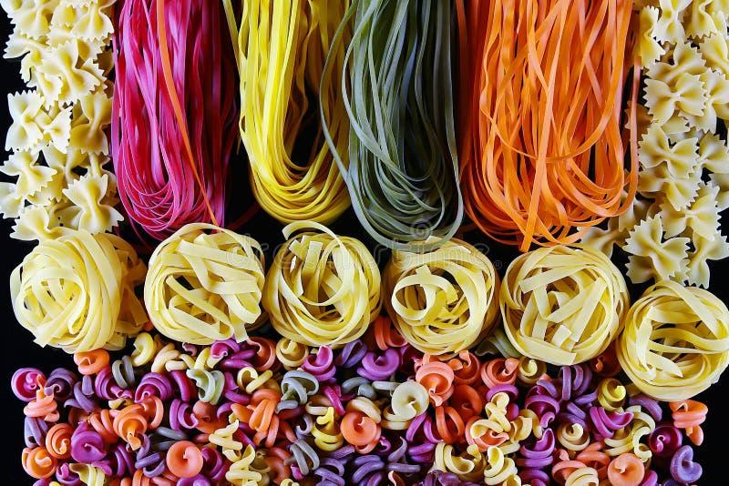 Set różni rodzaje kolorowy Włoski makaron na czarnym tle, zdrowy karmowy pojęcie, zakończenie zdjęcie royalty free