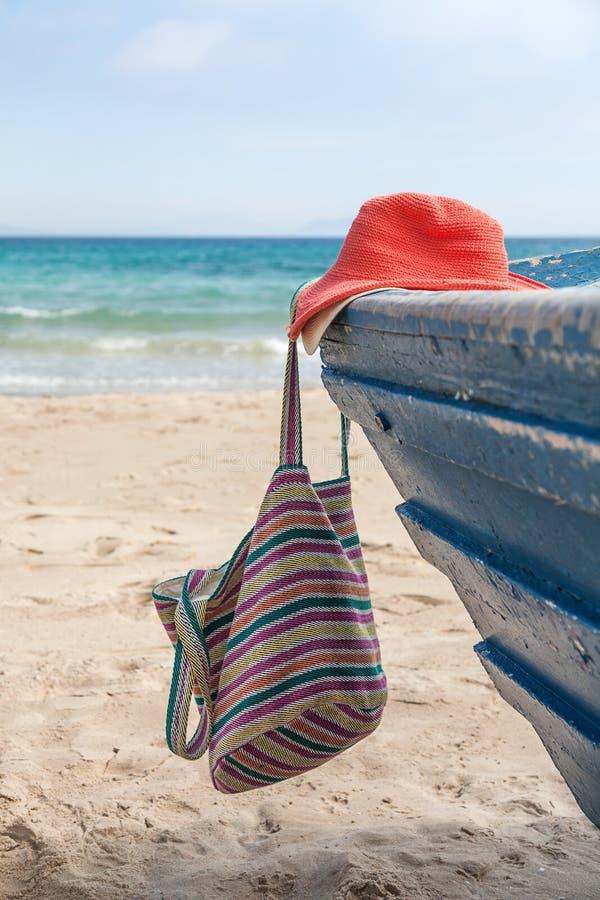 Download Set Różnorodny Odzieżowy I Akcesoria Dla Kobiet Na Plaży Zdjęcie Stock - Obraz złożonej z szalik, akcesorium: 53780126