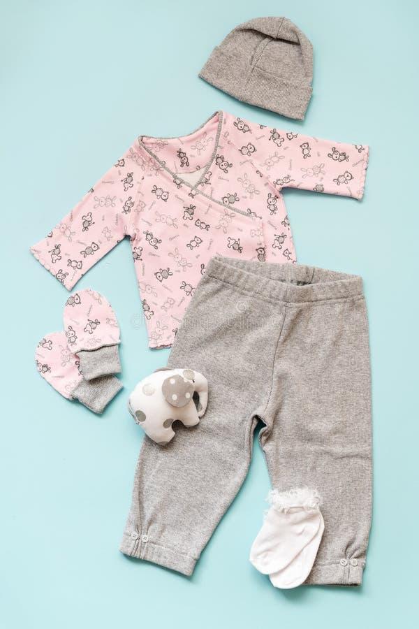 Set różowy i szary dziecka ` s odziewa na bławym tle koszula, szarzy spodnia, skarpety i słonia `, s bawimy się obrazy royalty free