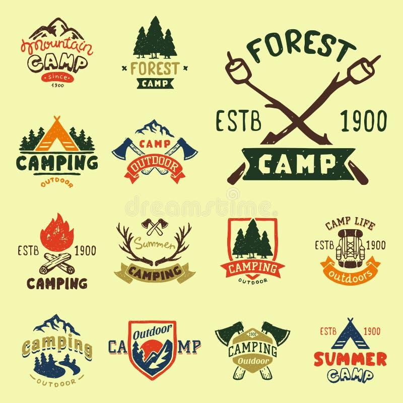 Set roczników drewna obozuje odznaki i podróż loga emblematów natury góry obozu ręka rysująca plenerowa wektorowa ilustracja royalty ilustracja