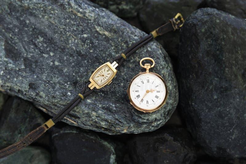 Set rocznika stylu zegarki na zielonych kamieniach zdjęcie stock