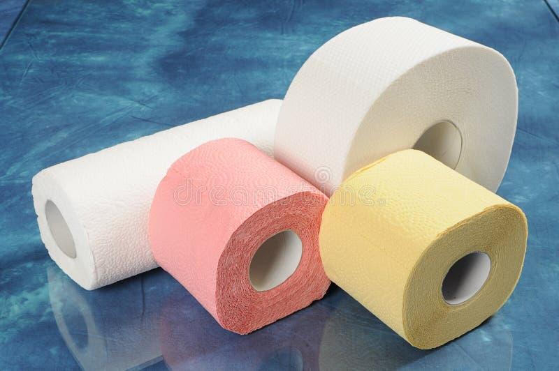 Set Rollen des Toilettenpapiers und der Papiertücher stockbild
