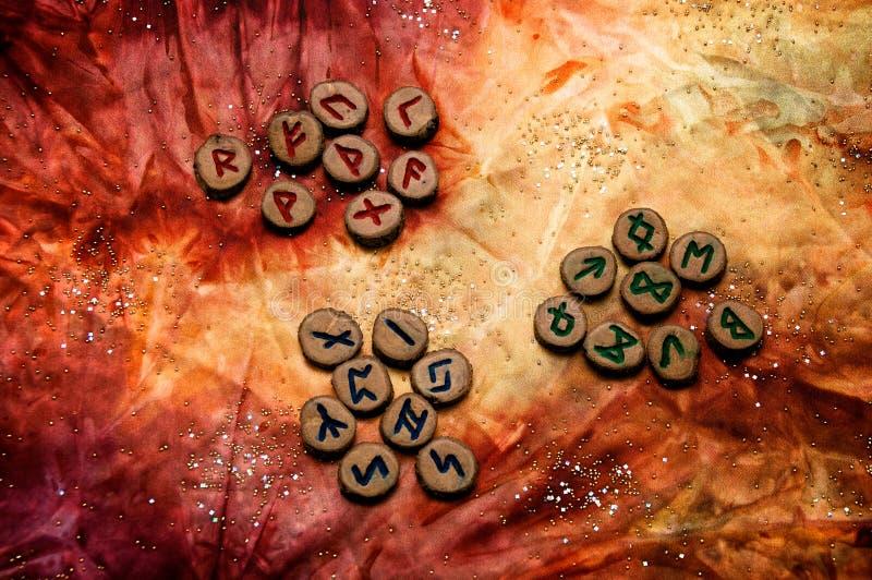 Set runes dzielił w aetts na żyłkowanej kolorowej tkaninie zdjęcie royalty free