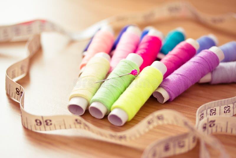 set sömnadtrådar för färgrik pink royaltyfri fotografi