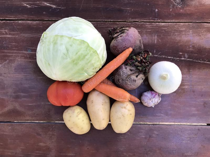 Set składniki dla zupnego borscht, kapusta, marchewki, buraki, cebule, grule, pomidory, czosnek, wieprzowina ziobro, mięso przeci zdjęcie royalty free