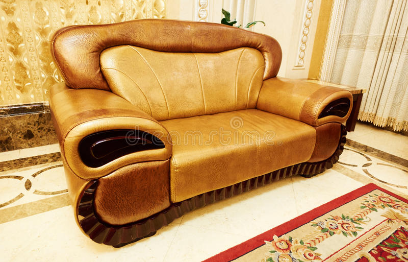 set sofa för möblemanglädervardagsrum royaltyfria bilder