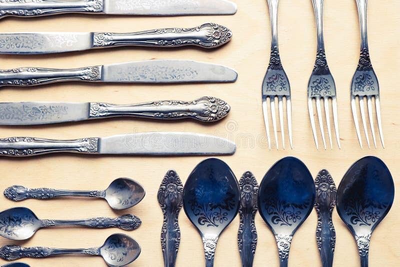 Set staromodny cutlery Stary srebny cutlery na drewnianym tle zdjęcia royalty free
