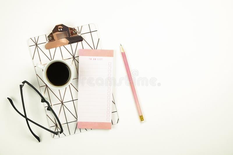 Set szkolne dostawy z prostym ołówkowym piórem, puste miejsce robić lista notatnika prześcieradłom, pusty czeka pudełko Pisarscy  zdjęcia royalty free