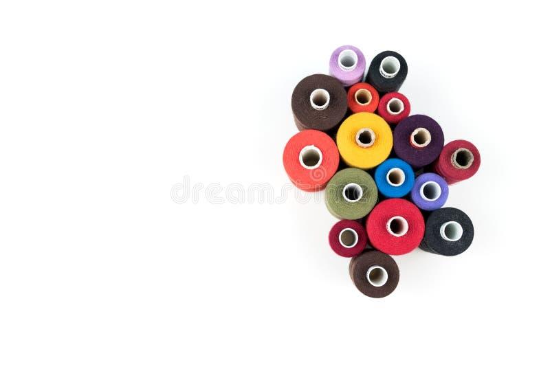 Set szy i dostosowywa barwione niciane zwitki na białym tle, zdjęcie stock