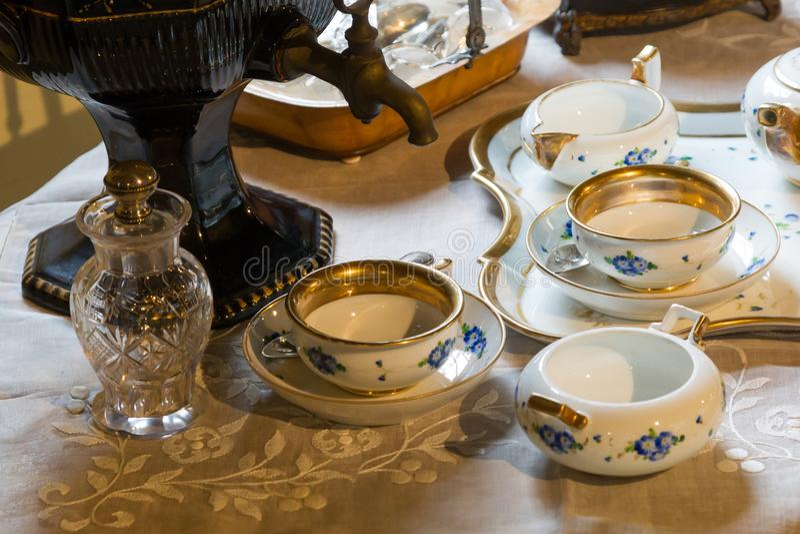 Set teapots i stare herbaciane filiżanki na stole fotografia royalty free