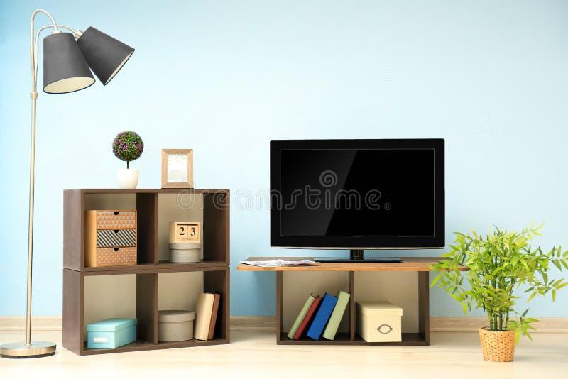 Set televisivo moderno sul supporto nella sala fotografia stock libera da diritti