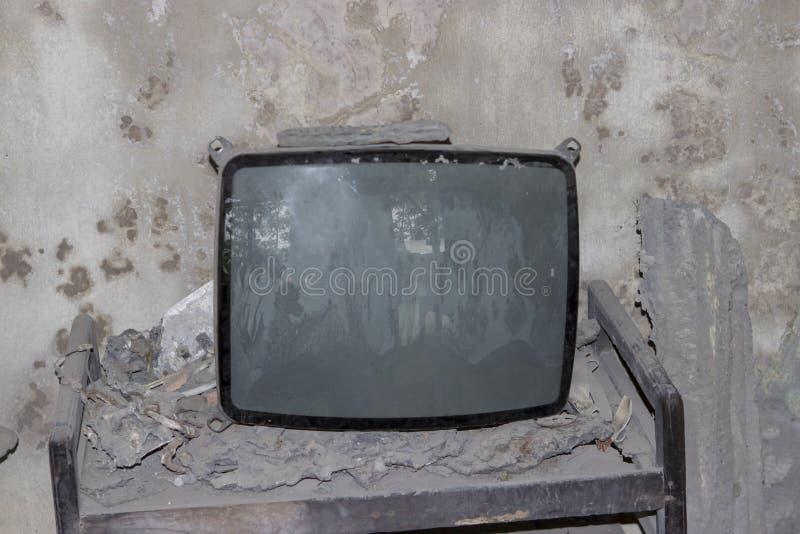 Set televisivo rotto dopo l'eruzione del vulcano fotografie stock