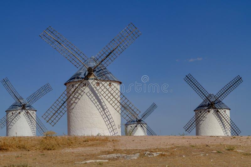 Set tradycyjni wiatraczki Hiszpania, na wzgórzu obraz stock