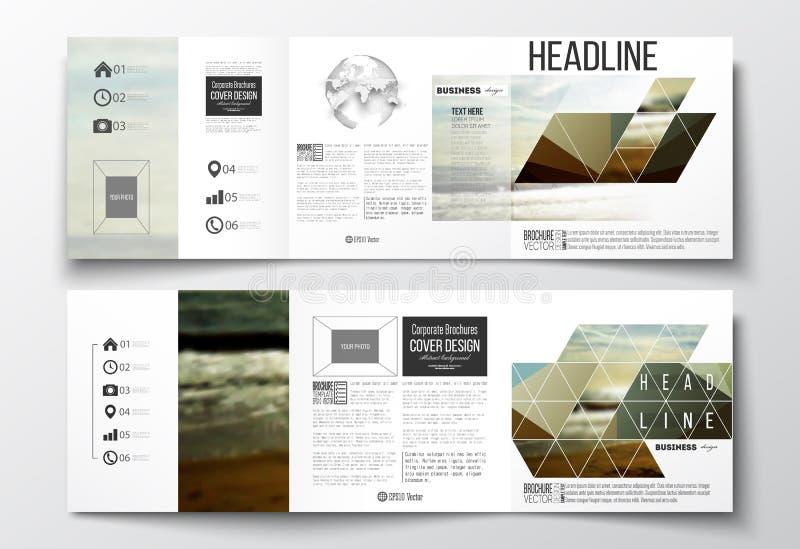 Set trifold broszurki, kwadratowi projektów szablony Kolorowy poligonalny tło, zamazany tło, morze krajobraz ilustracji