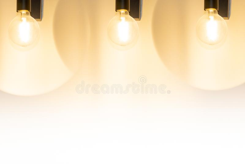 Set trzy przemysłowej lampy wiesza na betonowej ściany tle zdjęcia royalty free