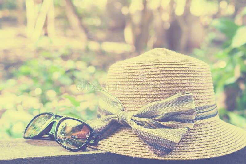 Set urlopowy akcesorium tak jak okulary przeciwsłoneczni i kapelusz na bokeh tle, lata pojęciu, zakończeniu w górę okularów przec fotografia stock