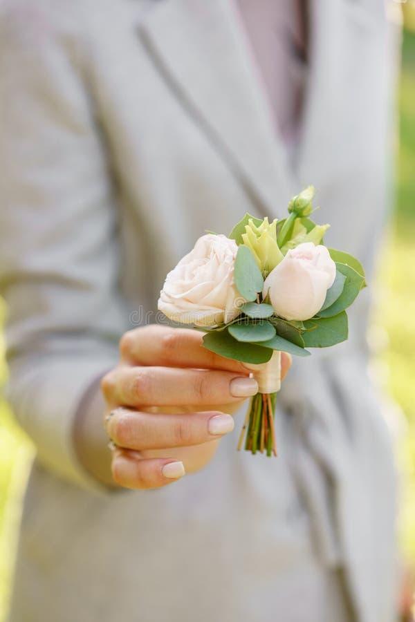 Set von 9 Abbildungen der wundervollen mehrfarbigen Tulpen Junges Mädchen, das einen schönen Hochzeit Boutonniere hält Blumenanor stockbilder