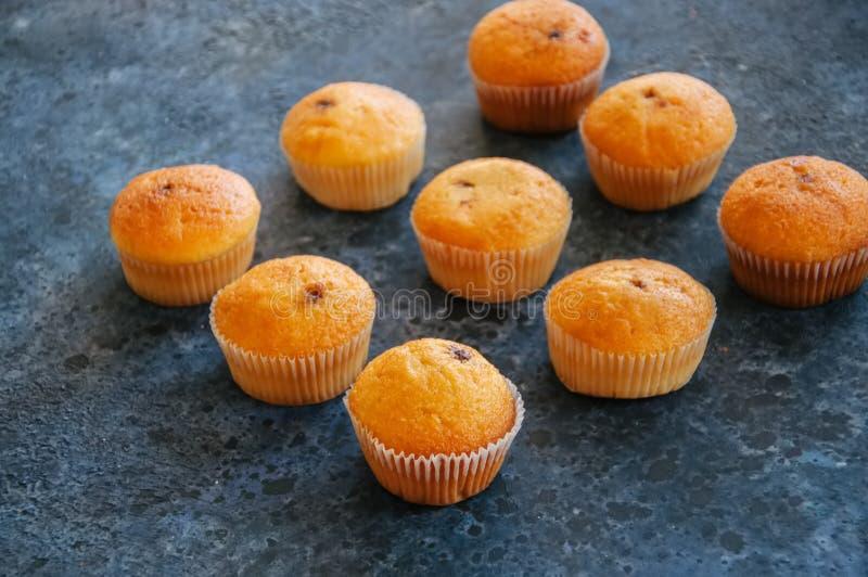 Set waniliowi muffins z czekoladowym kremowym plombowaniem błękitny kamienia tekstura zdjęcie royalty free