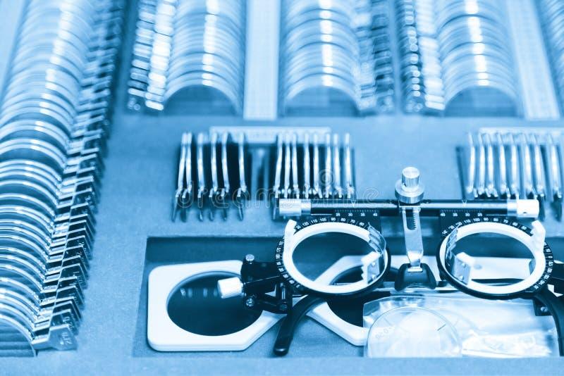 Set zastępowalni obiektywy i specjalny ogólnoludzki próbny oczny położenie dla optometry i eyeglasses Diagnostyczny wyposażenie zdjęcia stock