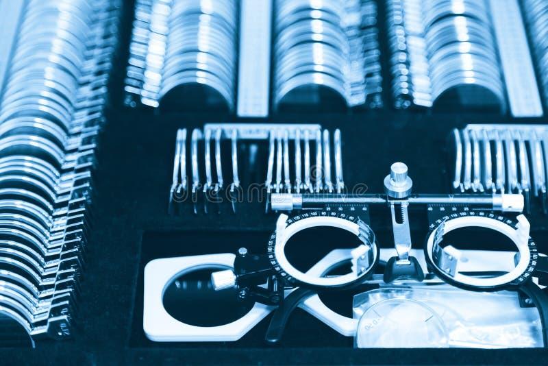 Set zastępowalni obiektywy i specjalny ogólnoludzki próbny oczny położenie dla optometry i eyeglasses Diagnostyczny wyposażenie fotografia royalty free