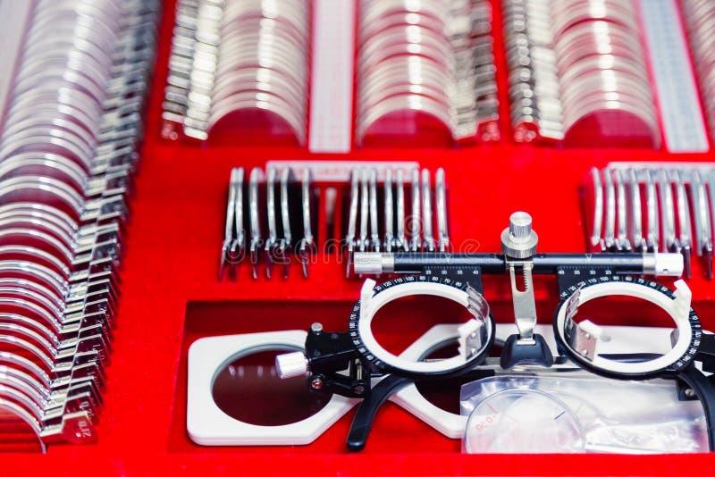 Set zastępowalni obiektywy i specjalny ogólnoludzki próbny oczny położenie dla optometry i eyeglasses Diagnostyczny wyposażenie zdjęcia royalty free