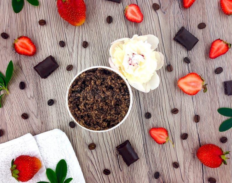 Set zdroju traktowania - kawowi i truskawkowi produkty na drewnianym stole Mieszkanie nieatutowy, odgórny widok zdjęcia stock
