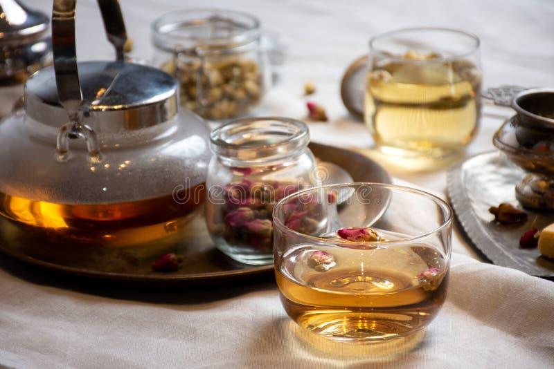Set ziołowa herbata z różami w szklanym pucharze obrazy stock