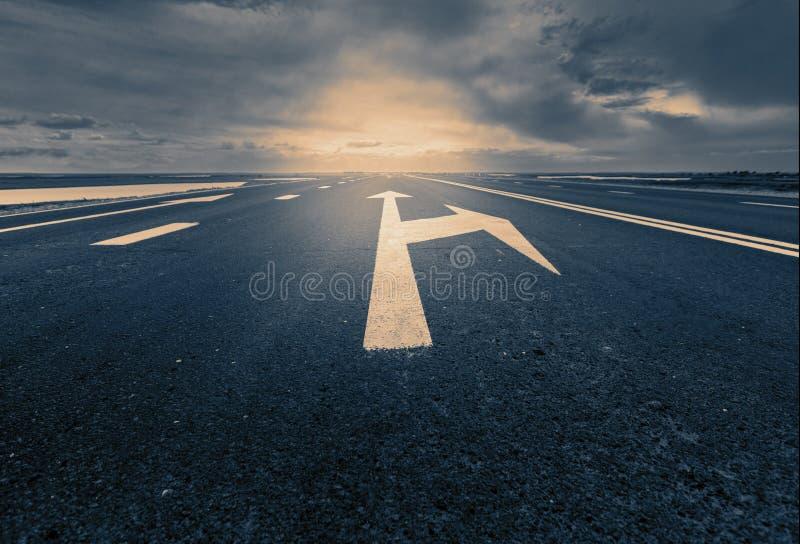 A seta assina como marcações de estrada em uma estrada do deserto foto de stock royalty free