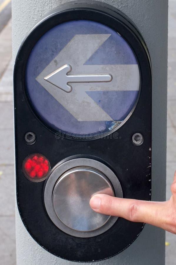 Seta da imprensa do dedo e cruzamento pedestre do botão imagens de stock royalty free