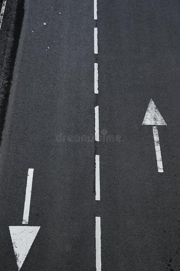 Seta em setas indicativas da estrada em um fim da estrada asfaltada acima fotografia de stock royalty free