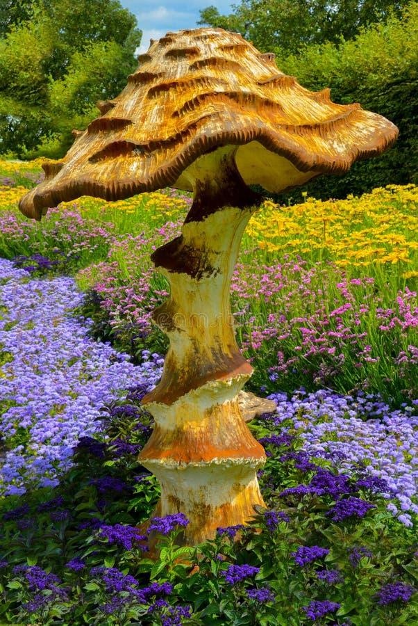 Seta gigante entre las flores imagenes de archivo