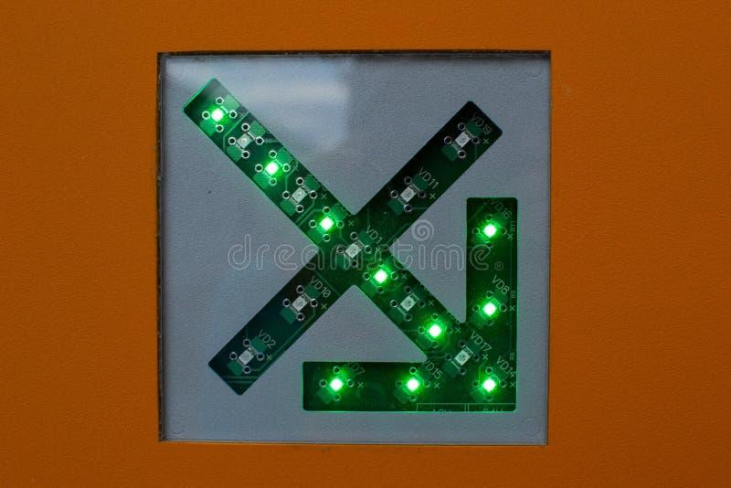 Seta verde em um fim do esquema de circuito acima imagem de stock