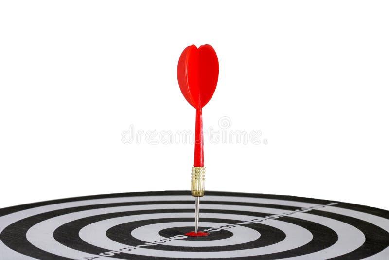 Seta vermelha dos dardos que bate no centro do alvo do alvo imagens de stock