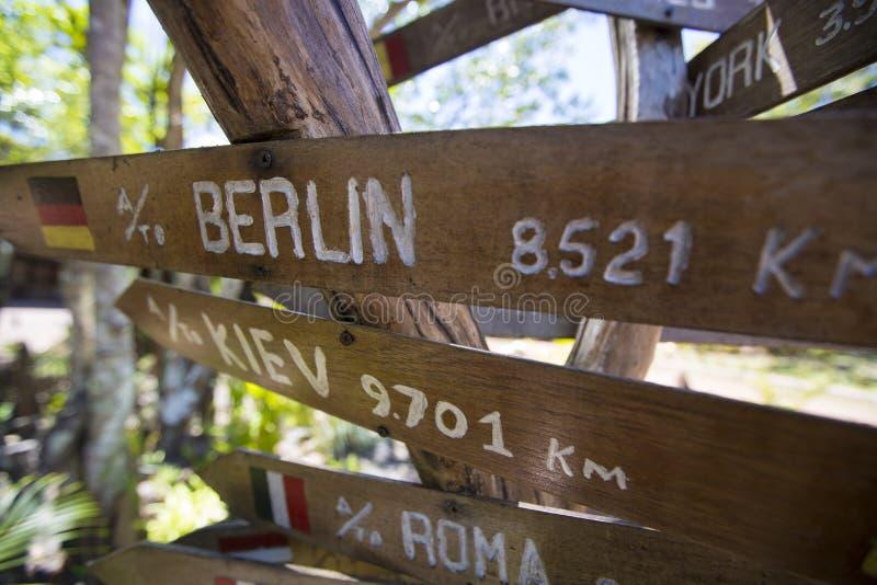 Setas de madeira do sinal do destino, venezuela foto de stock