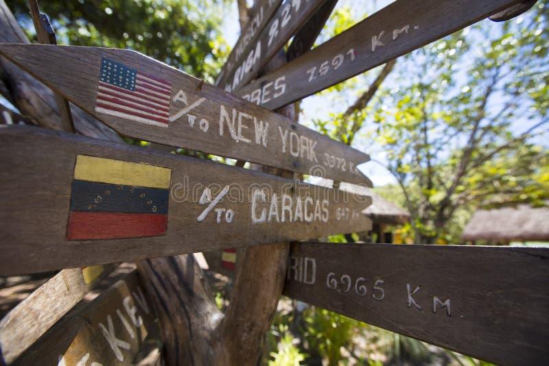 Setas de madeira do sinal do destino, venezuela fotografia de stock royalty free