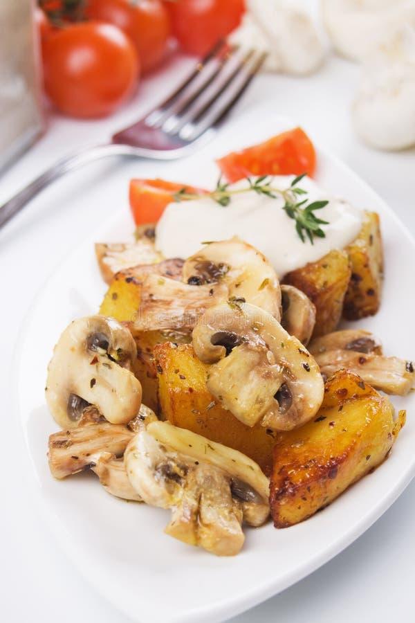 Setas del champiñón con la patata asada fotografía de archivo