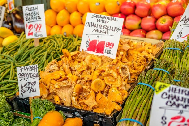 Setas orgánicas frescas, frutas y verduras imagen de archivo