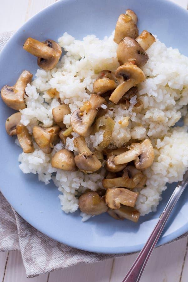 Setas y arroz frescos imagen de archivo libre de regalías